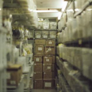 Soorten stellingen voor opslag van goederen in het magazijn